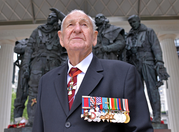 Les_Munro_at_Bomber_Command_Memorial_(med)_big